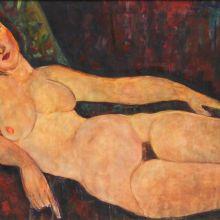 Гола жена на диван